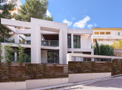 Diese eindrucksvolle moderne Villa befindet sich in bester Lage in erster Meereslinie von Puerto Portals