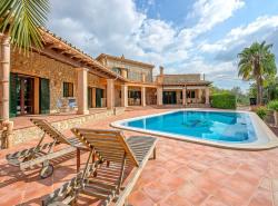 Etwas auserhalb des Ortes Calvia  im Sudwesten Mallorcas  finden wir dieses moderne Haus im mallorquinischen Stil