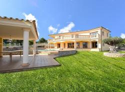 Dieses eindrucksvolle Herrenhaus mit Meerblick befindet sich in exklusivster Wohnlage in Sol de Mallorca und wurde mit feinsten Materialien gemass den