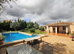Diese gepflegte Villa befindet sich am Rande des beliebten Dorfes Santa María del Cami und verfugt uber ein Grundstuck von 2