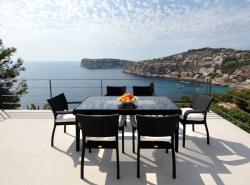 Diese wunderschone helle Meerblick Villa  die erst vor kurzem komplett kernsaniert wurde  befindet sich in der exklusiven Wohngegend Cala Llamp  im beruhmten