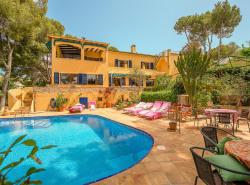 Diese charmante mediterrane Villa befindet sich in idealer Lage zwischen dem beruhmten Yachthafen Puerto Portals und dem daruber liegenden Dorf Portals Nous