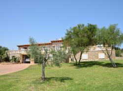 Die im mediterranen Stil gebaute Finca befindet sich im mondanen Ferienort Costa de los Pinos
