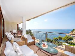 Dieses grosszugige Meerblick-Penthouse besticht durch seine Grosse  seine Top-Lage und naturlich durch seinen atemberaubenden Meerblick