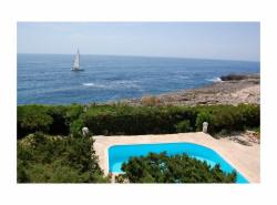 Die bezaubernde Villa befindet sich in erster Meereslinie unweit des Zentrums des bekannten Ferienortes Cala d Or