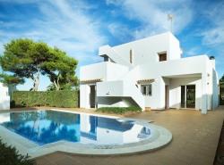Das attraktive Haus liegt zwischen Cala d Or und Porto Petro und ist nur 5 Minuten vom Strand entfernt  Auch ein direkter Meerzugang ist in unmittelbarer Nahe